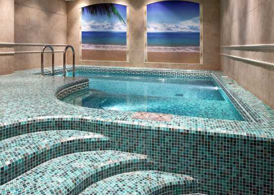luxuriöses Hallenbad mit Mosaikboden