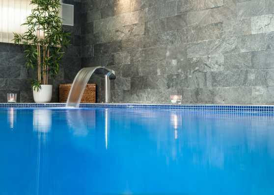 Indoor-Schwimmbad mit Nackenschwall