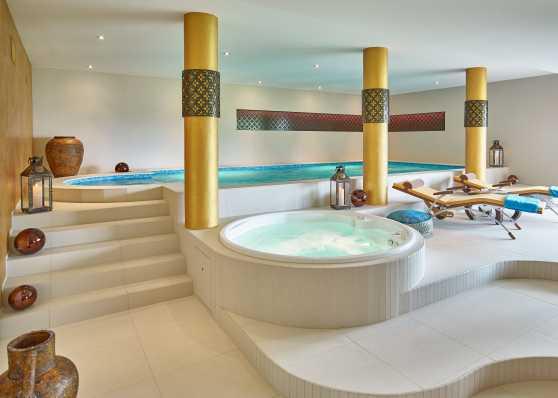 Orientalisch eingerichtetes Indoor-Swimmingpool
