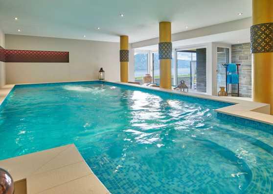 Indoor-Swimmingpool mit Mosaik ausgekleidet
