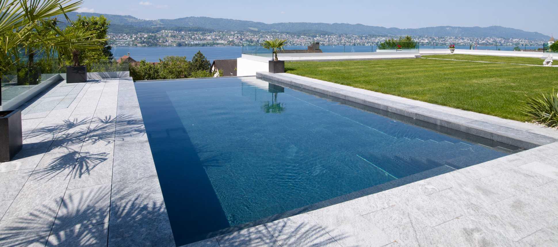Schwimmbecken mit Aussicht