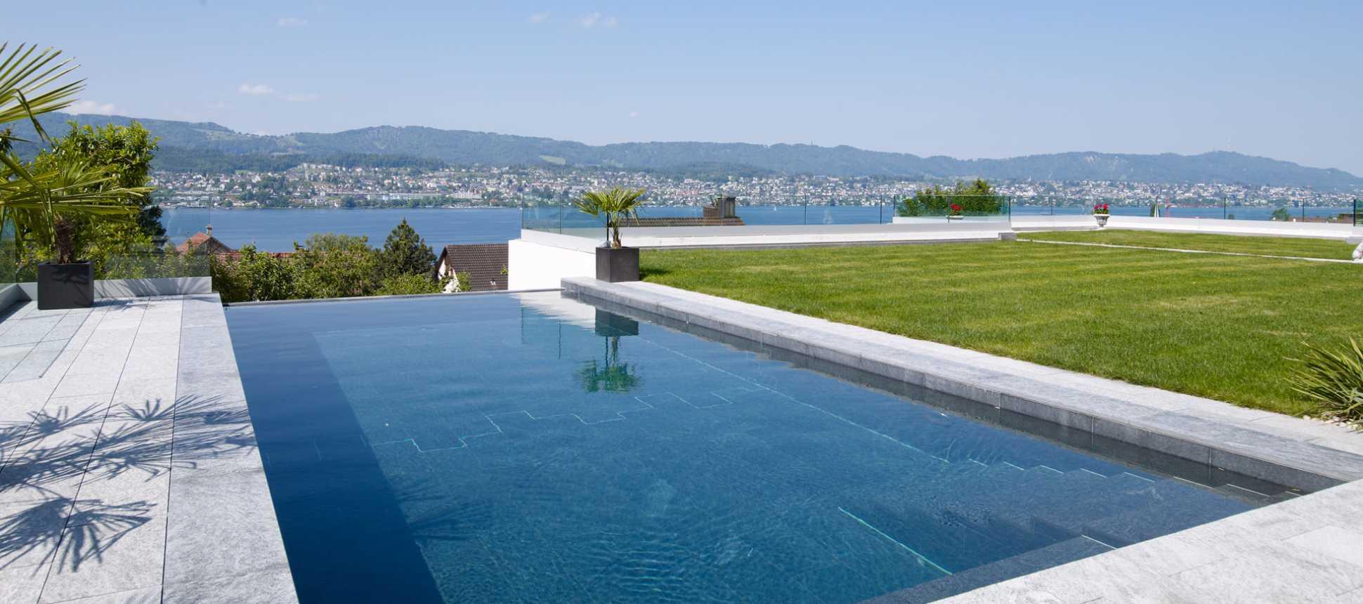 Swimmingpool Mit Überlaufrinne