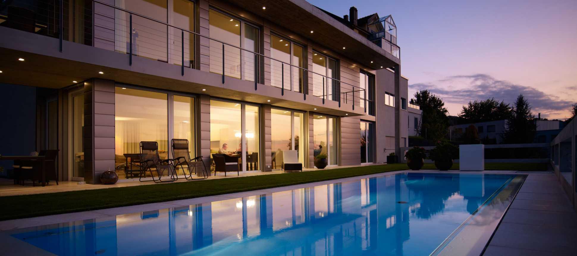 Villa mit Pool beleuchtet