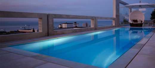 Swimmingpool mit Aussicht, beleuchtet